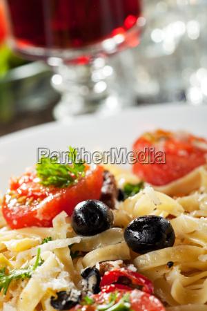 frische pasta mit tomaten und oliven