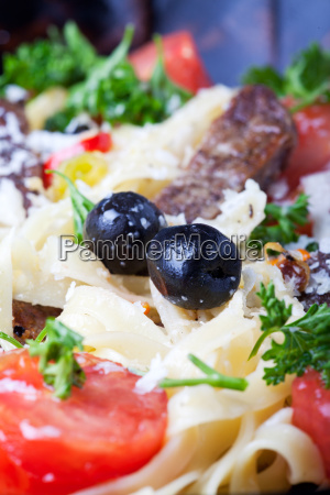 nahaufnahme von frischer pasta mit tomaten
