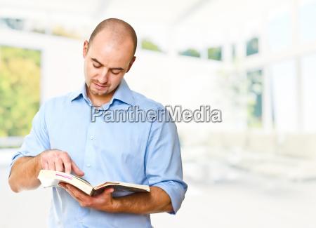 homem ler livro