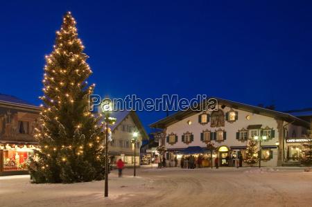 weihnachtlicher village square in oberammergau