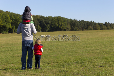 father and his children watching rennende