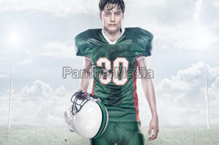 atleta casco riflettore rugby calcio uomo