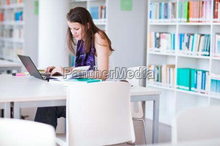 estudiante universitaria bastante femenina estudiando en