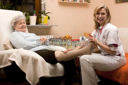 altenpflegerin connecting leg of senior