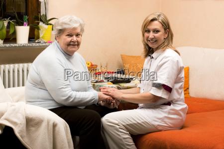 altenpflegerin makes home visits