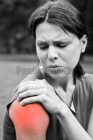 shoulder injury sportswoman in pain