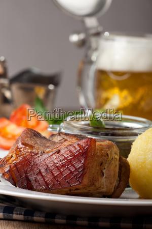 bayerischer schweinebraten mit knoedel