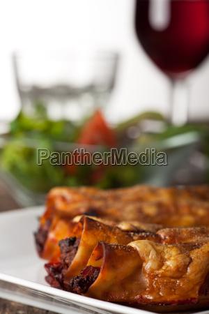 gefuellte cannelloni mit rotwein