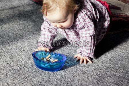 baby mit aschenbecher