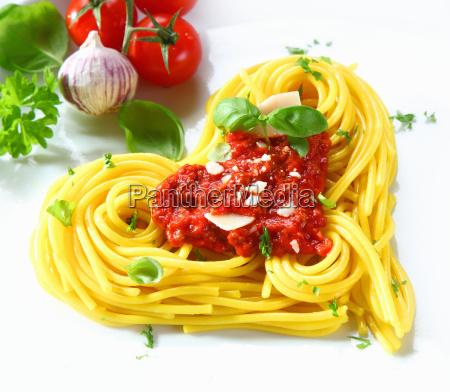 herzfoermige pasta und tomaten