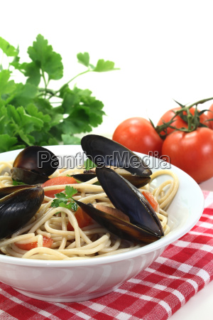 spaghetti with tomatoes mussels and parsley