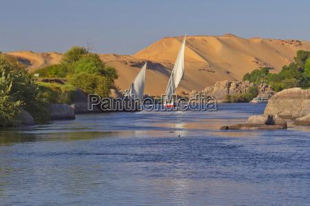 Zeglarstwo na nilu blisko asuan egipt