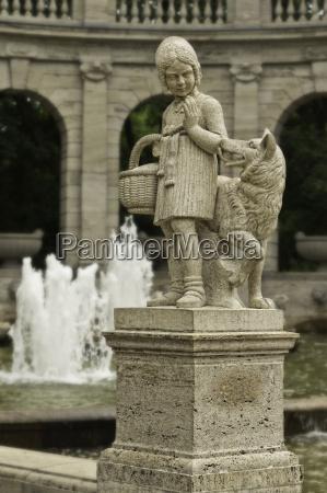 sculpture of the maerchenbrunnen berlin