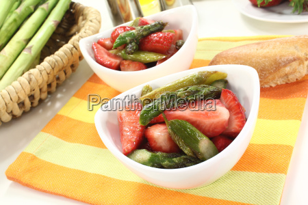 fresh, asparagus, salad, with, strawberries - 7111225