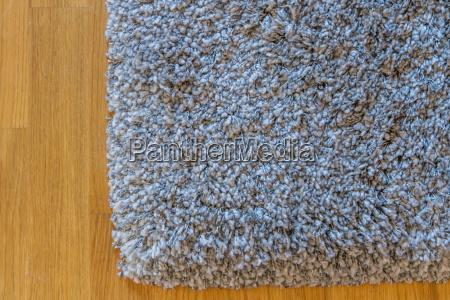 alfombra gris en parquet