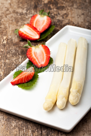 weisser spargel und erdbeeren