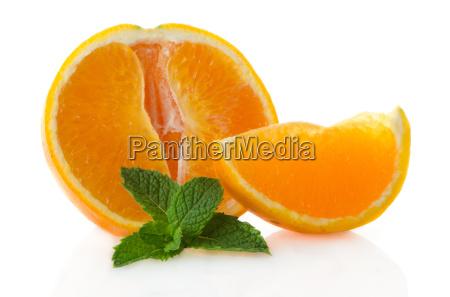 orange frucht segment und minzeblatt