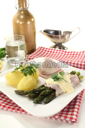 asparagus with hollandaise sauce and parsley