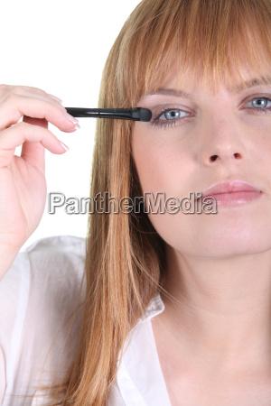 female making up eyes