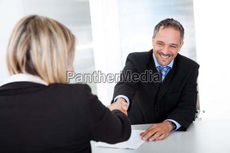 forretningsmand ved interviewet ryster haenderne