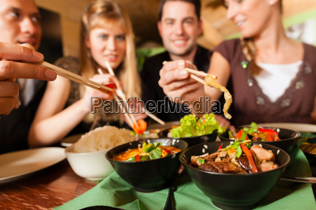 junge leute essen in einem thai