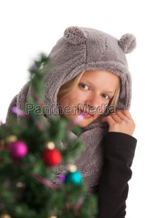 junge frau mit muetze und christbaum