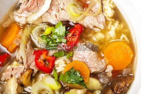 nahaufnahme einer vietnamesischen pho suppe