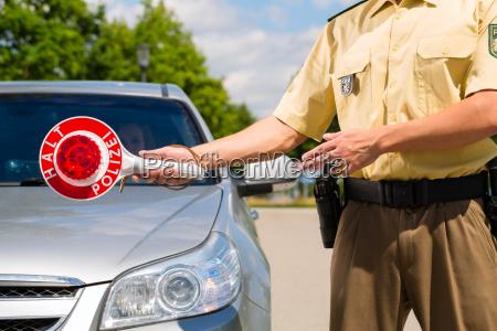 traffico poliziotto fermare patente di guida