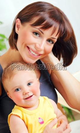 portraet einer laechelnden mutter baby