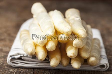 raw white asparagus