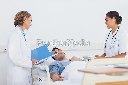 medicos que explican los sintomas a