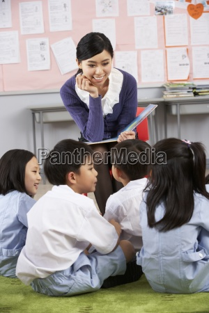 teacher reading to students in chinese