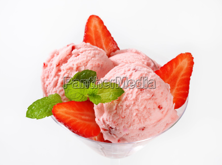 ice cream with fresh strawberries