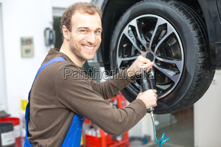 auto mechanic when changing tires to