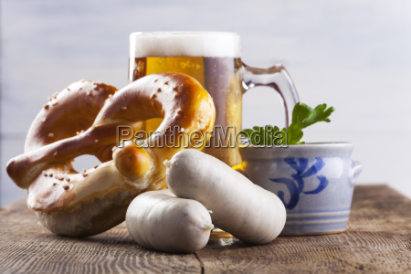 bavarian weisswurst mit bretzel und bier