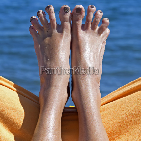 sandy crazy woman toes on