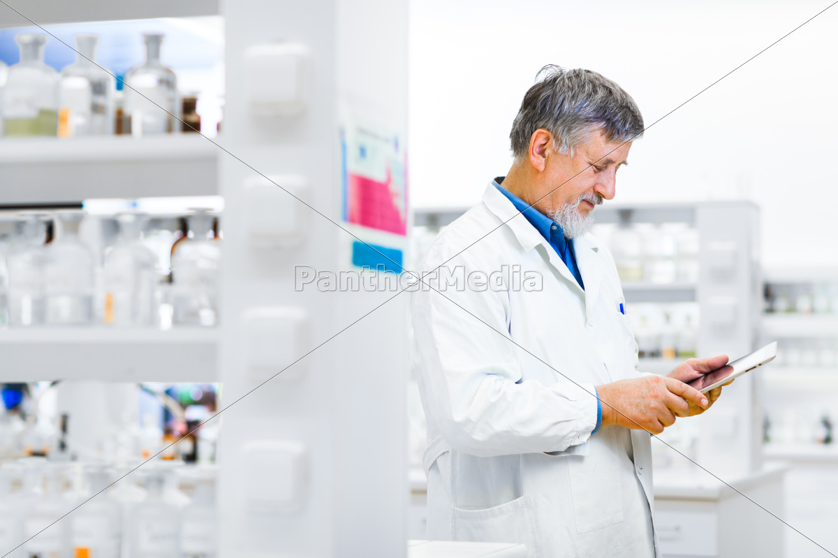 senior, doctor/scientist, using, his, tablet, computer - 10147971
