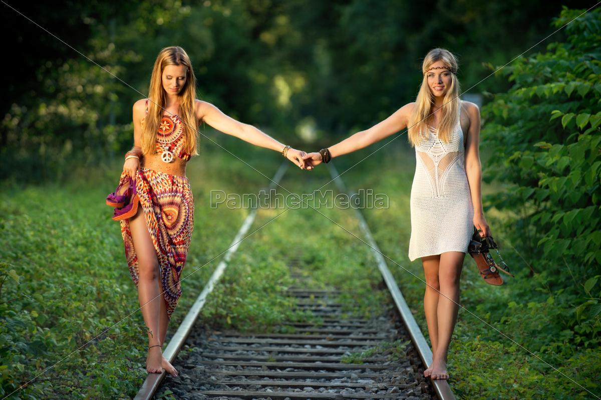 barefoot, on, rails - 10149451