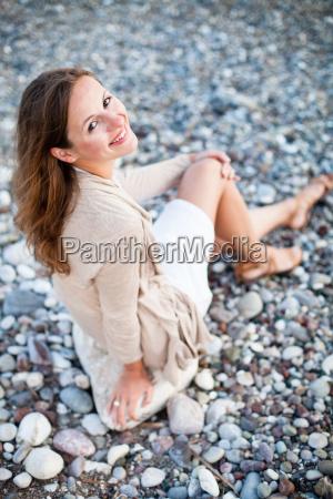mloda kobieta na plazy korzystajacych cieply