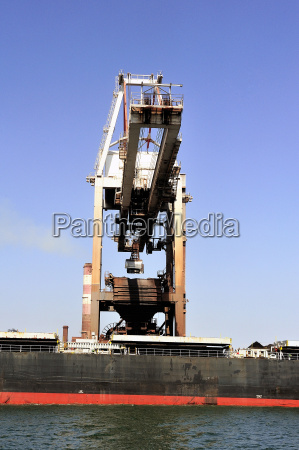 unloading of an ore cargo liner