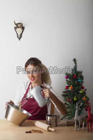 frau backt weihnachtsplaetzchen