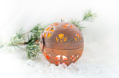 spherical weihnachtskerze on ice with pine