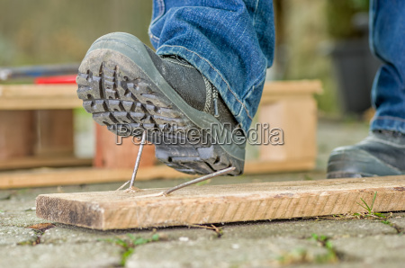 workers with safety shoes occurs in