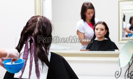 friseur der weiblichen kunden der farbe