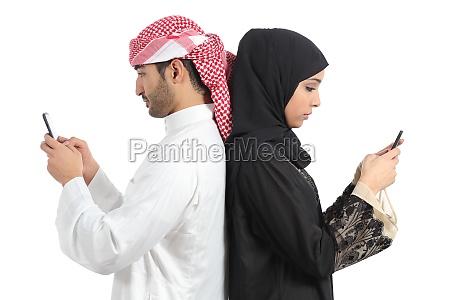 arab couple addicted to smart phone