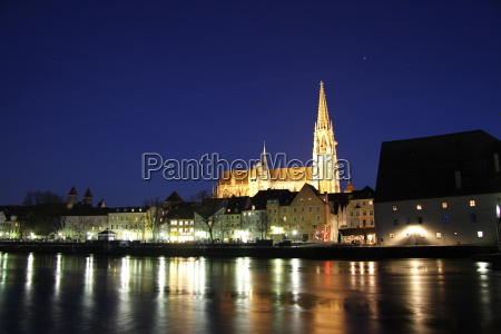 regensburg cathedral at night