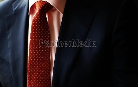 abito e cravatta rossa