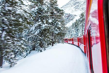 zug im schnee
