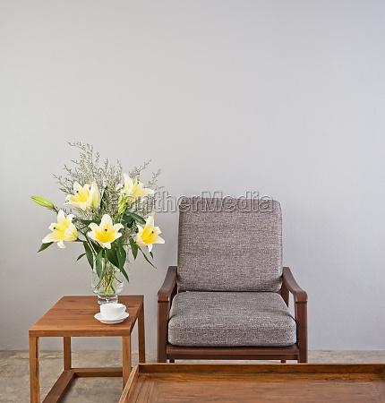 beige gepolsterter stuhl mit beistelltisch