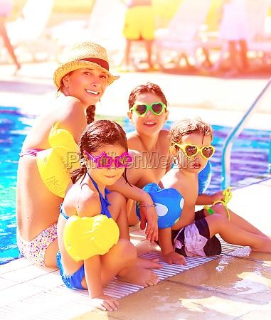 wesola rodzina na plazy kurortu